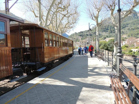 Ferrocarril de Soller : Train at the station in Soller