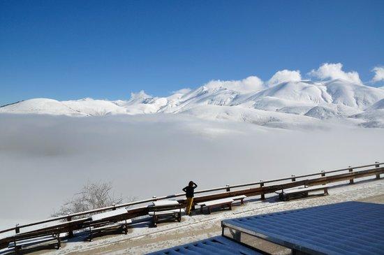 Taverna Castelluccio: 2) un mare di nuvole sull'altopiano, che spariranno al salire del sole