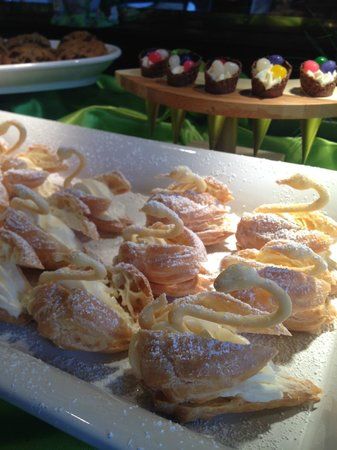 Omni Austin Hotel Downtown: fancified swan cream puffs