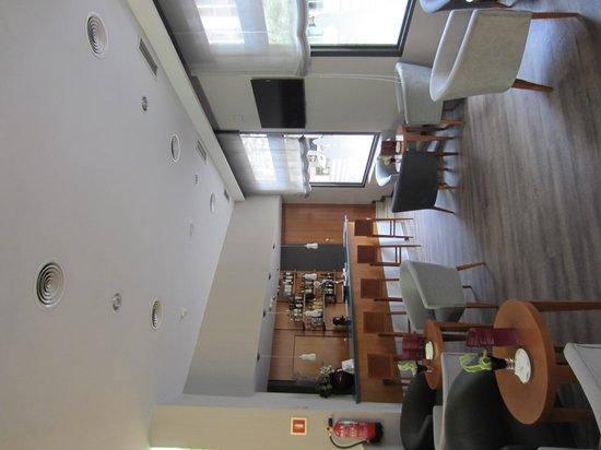 Catalonia Excelsior: Bar en la planta baja del hotel
