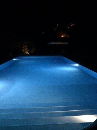 Relais San Bruno : La sera andare a bordo piscina con gli amici osservando il paese sopra di noi. Uno scenario molt