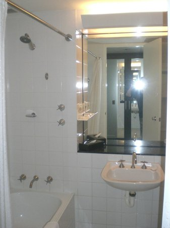 Crowne Plaza Hotel Canberra: Shower + Sink