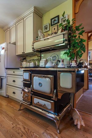 Golden Dreams B&B: Handsome Elmira Stove!