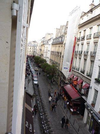 Hotel Cluny Square : Vista desde la ventana (calle de restaurants del barrio latino)