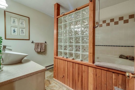 Golden Dreams B&B: Large Guest Bathroom
