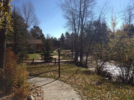 Streamside on Fall River: Grounds & picnic tables by the stream