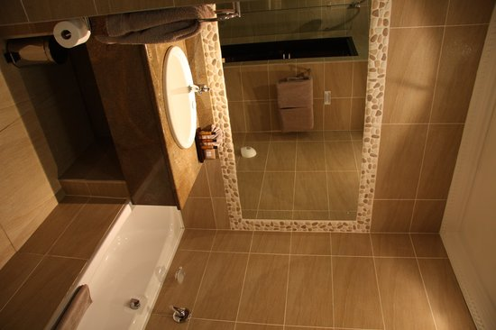 Cathedral Peak Hotel: Bathroom that included separate shower