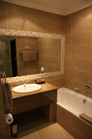 Cathedral Peak Hotel : Bathroom that included separate shower