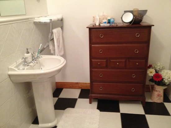 Ashbrook Lodge Bed & Breakfast: Roomy Bathroom