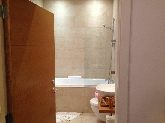 Scotia Grand Residence - Quartermile Apartments: 浴室