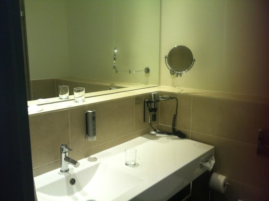 Novum Select Hotel Berlin Checkpoint Charlie: banheiro