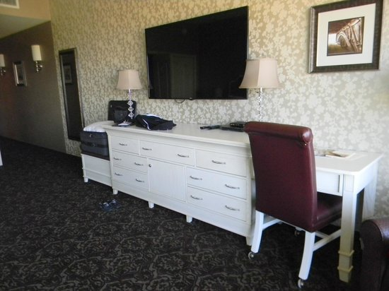 AmishView Inn & Suites: 60 inch TV and dresser/table & chair/luggage holder