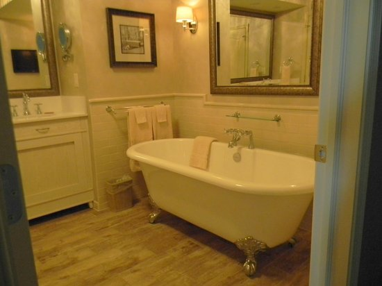 AmishView Inn & Suites: Wonderful tub!