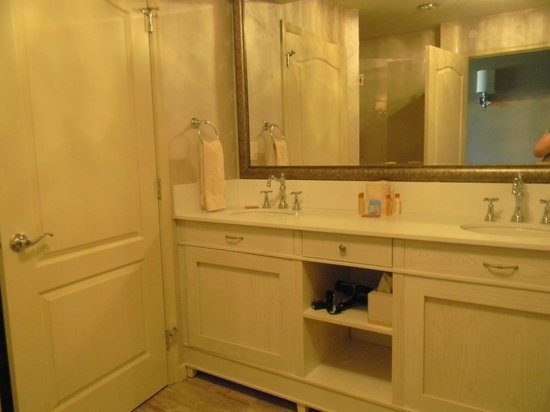 AmishView Inn & Suites: Nice long double vanity