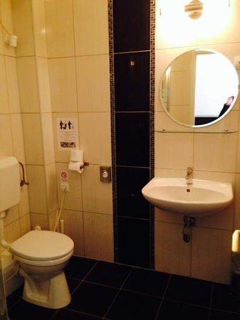 Maverick Hostel : bathroom