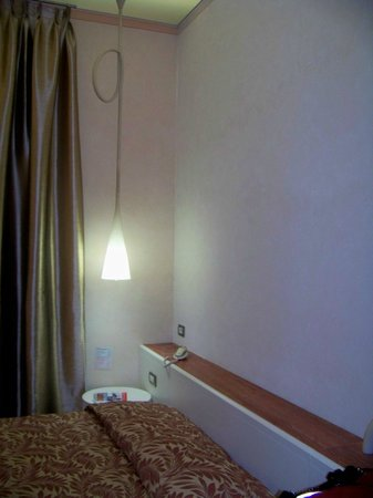 Aurora Hotel : Quarto moderno e aconchegante