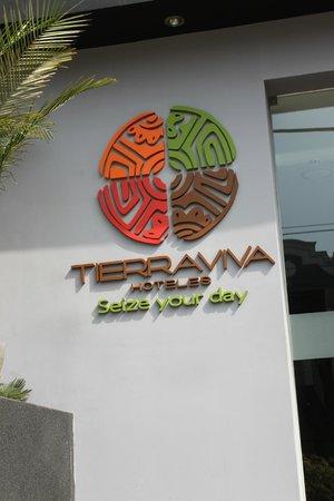 Tierra Viva Miraflores Larco: Logo na entrada do hotel