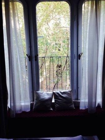 Maverick Hostel: wonderful lg windows that open onto a lovely courtyard