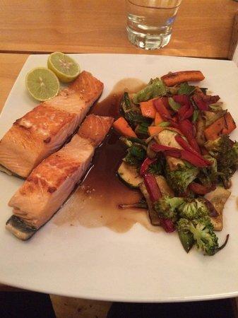 Restaurant Cafe Cangrejo Rojo: Salmón con verduras