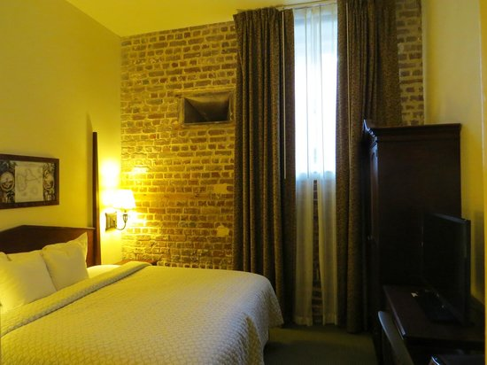 Embassy Suites by Hilton Charleston - Historic Charleston : Room with old brick wall