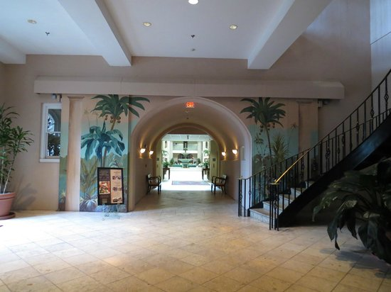 Embassy Suites by Hilton Charleston - Historic Charleston: View from lobby to courtyard area
