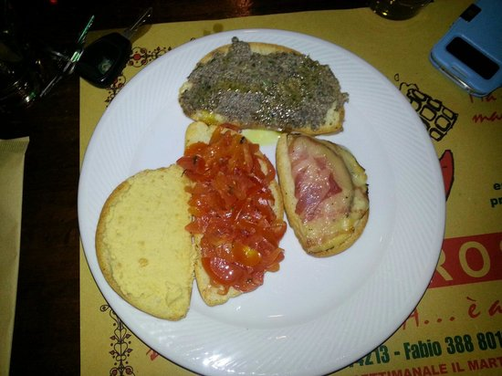 Pizzeria Pub Luna Rossa: Bruschette miste.....8 euro! -.- .....