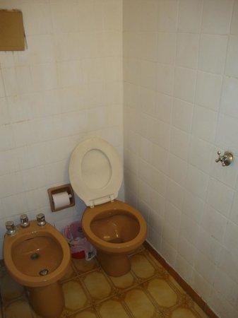 Hotel Bolivar: Toilet