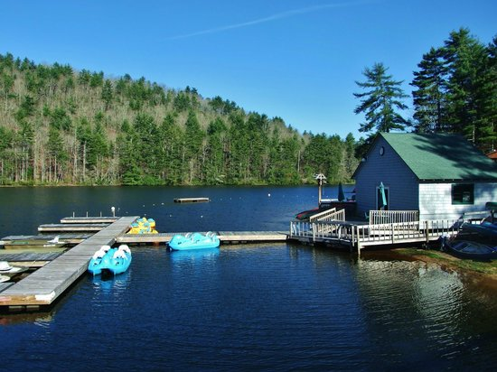 Wyndham Resort at Fairfield Sapphire Valley: This is the boat house area, all kinds of boats for rent