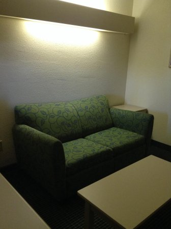 Microtel Inn & Suites by Wyndham Statesville: Sitting room, lots of space!