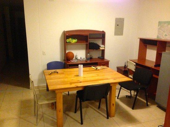 International House Medellin: Shared dining room/living area