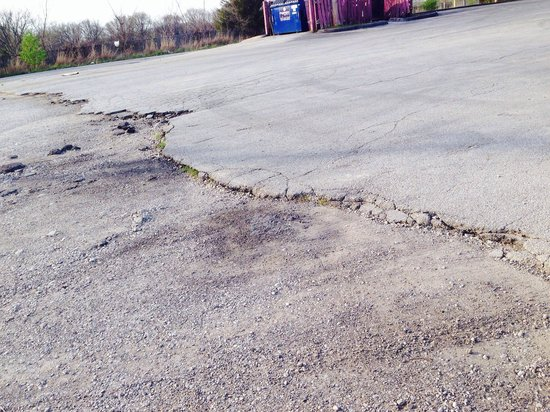 Days Inn Perryville: Broken parking surface