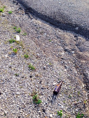 Days Inn Perryville: Beer bottle, litter in front of hotel