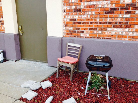 Days Inn Perryville: Unwelcoming mess at side entrance