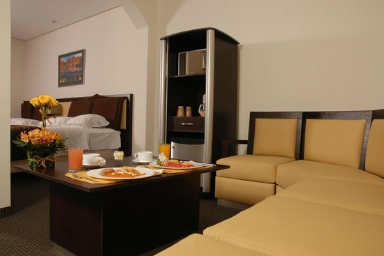 Arborea Hotel: sala lounge dentro de la Junior Suite con frigobar y horno de microondas