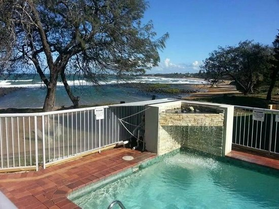 Bargara Shoreline Apartments: The pool overlooking the very safe beach