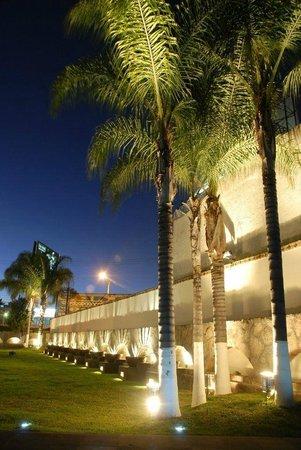 Arborea Hotel: parte lateral de nuestra hermosa terraza jardin cedros salon de eventos dentro del hotel