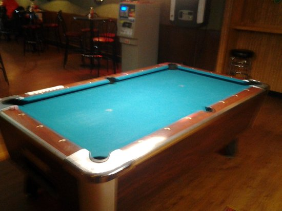 Griffin's Pub: Pool Table- even and new felt