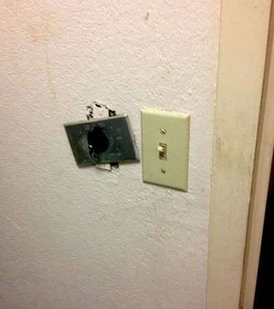 Old Hickory Inn : Light Switch in the bathroom!