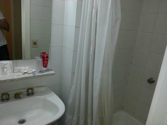 Regis Orho Hotel: Banheiro do quarto