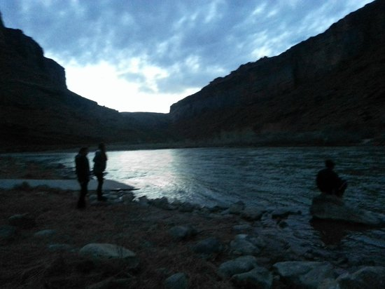 Red Cliffs Lodge: Our river at dusk.