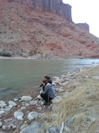 Red Cliffs Lodge: Enjoying the river.