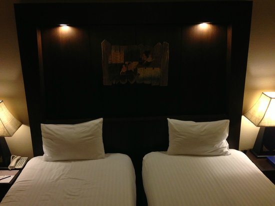 Kata Beach Resort and Spa : Basic bedroom, it's acceptable.