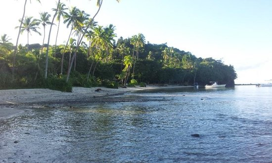 Mango Bay Resort Fiji: The beach looking towards the main resort area