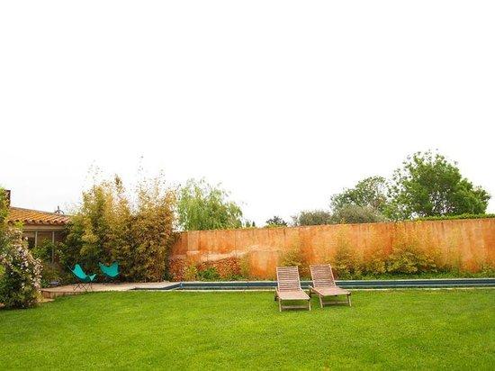 Les Hamaques : jardín y piscina al fondo