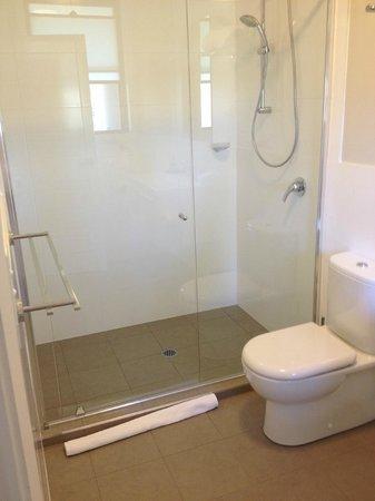 Riverside Oaks Golf Resort: Large bathroom and great shower