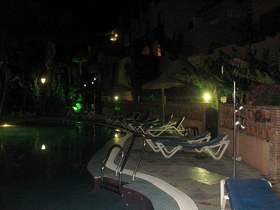 Muthu Grangefield Oasis Club: Vista nocturna de una de las piletas