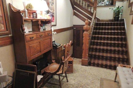 Auberge de la Place Royale: Reception and stairs