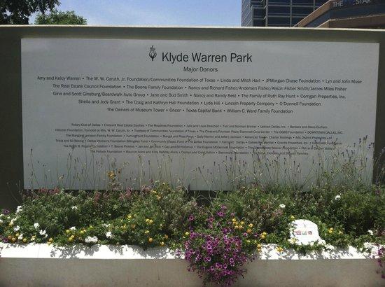 Klyde Warren Park: welcome sign