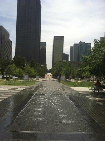Klyde Warren Park: fountains