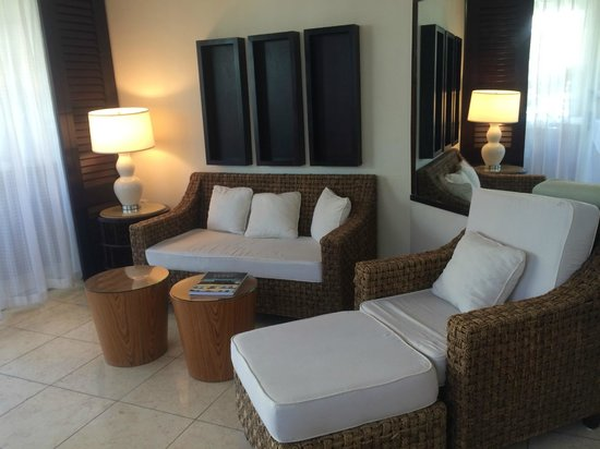 Mayfair Hotel & Spa: Sitting area in suite with flat screen TV